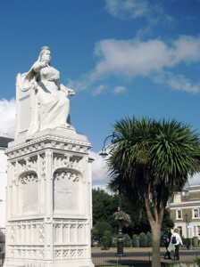 [An image showing Queen Victoria Statue]